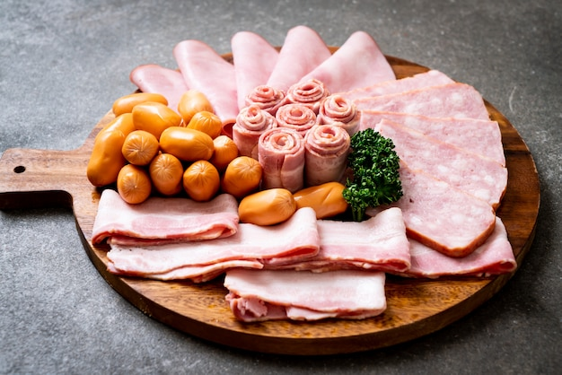 Bacon, linguiça, presunto defumado e bacon para churrasco Foto Premium