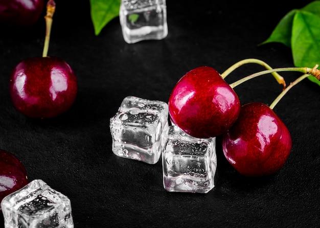 Baga de cereja fresca madura na mesa de madeira Foto Premium