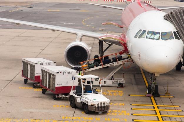 Bagagem de passageiros no aeroporto Foto Premium