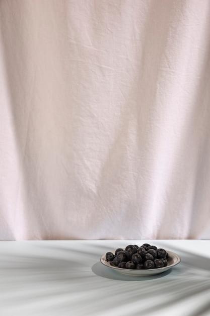 Bagas azuis frescas no prato Foto gratuita