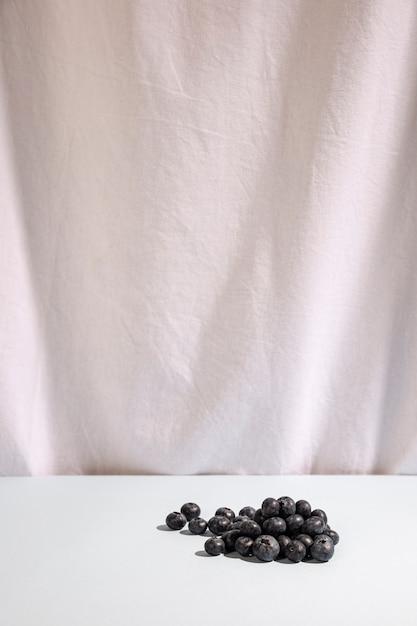 Bagas azuis na mesa em frente a mesa branca Foto gratuita
