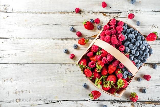 Bagas de fazenda orgânica de verão em uma cesta Foto Premium