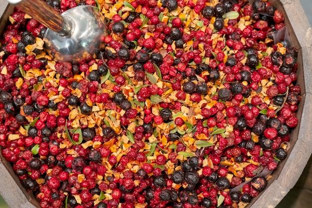Bagas silvestres secas em um barril. Foto Premium