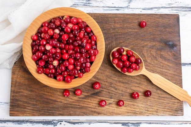 Bagas vermelhas de lingonberries maduros Foto Premium