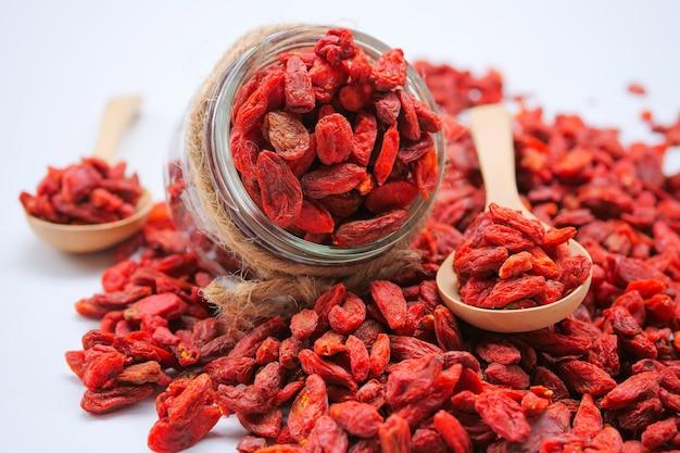 Bagas vermelhas secas de goji para uma dieta saudável Foto Premium