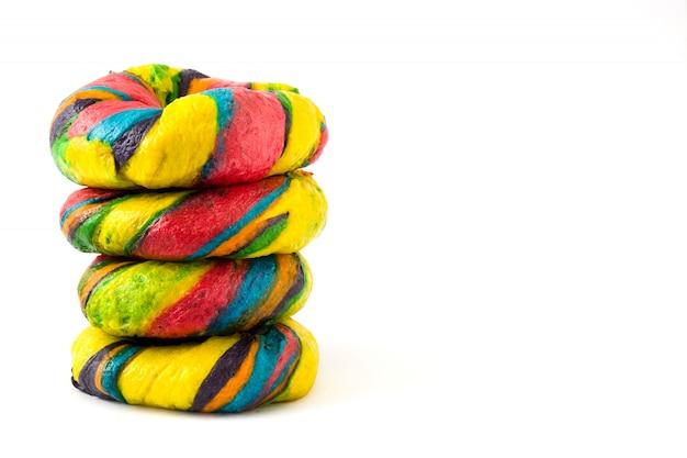 Bagels coloridos isolados no branco Foto Premium
