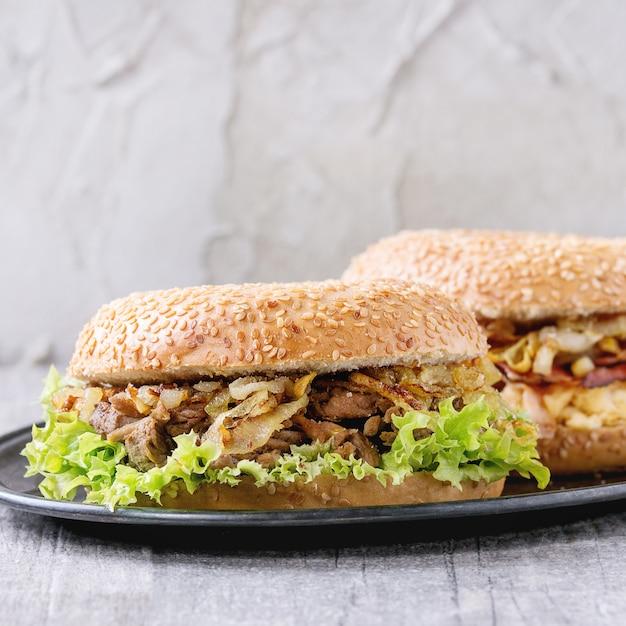 Bagels com bacon e carne Foto Premium