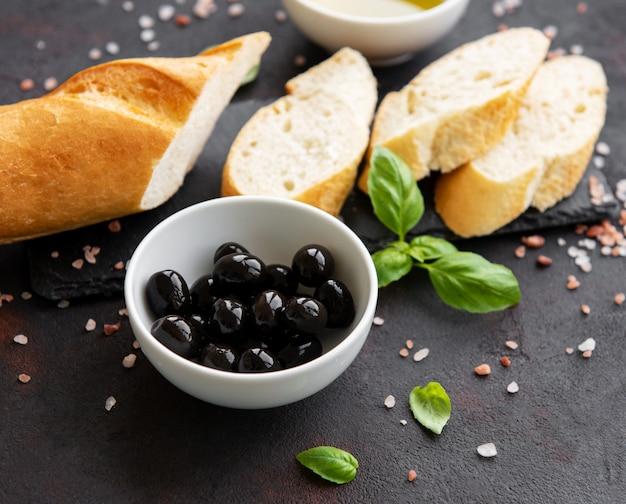 Baguete crocante fresca fatiada com azeitona e especiarias Foto Premium