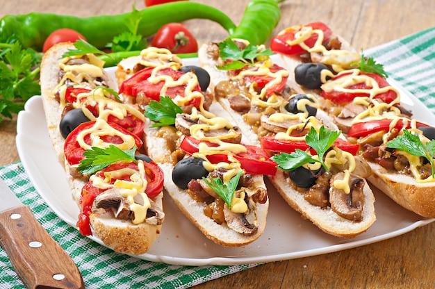 Baguete recheada com vitela e cogumelos com tomate e queijo Foto gratuita