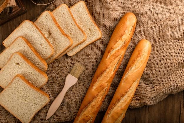 Baguete saboroso com fatias de pão Foto gratuita
