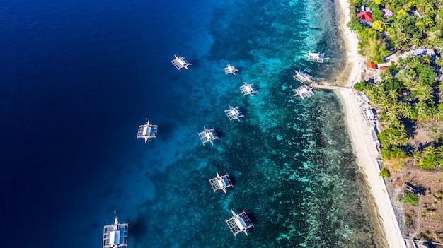 Baía da vista aérea e costa em oslob, cebu, filipino, é um melhor lugar para snorkel e unidade de mergulho e observação do tubarão de baleia. Foto Premium