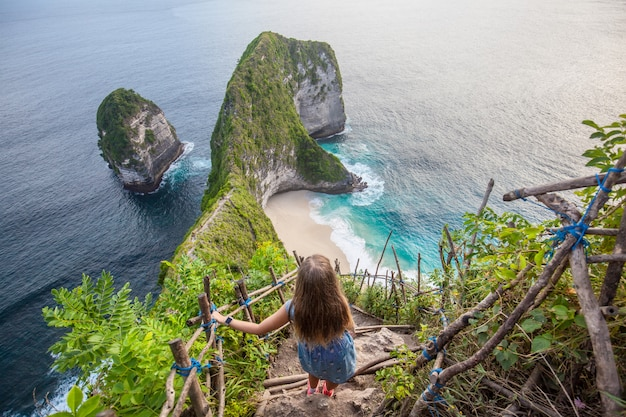 Baía de manta ou praia de kelingking na ilha de nusa penida, bali, indonésia Foto Premium