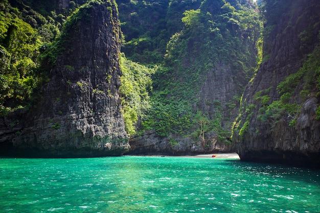 Baía de maya phi phi leh ilha, krabi tailândia Foto Premium