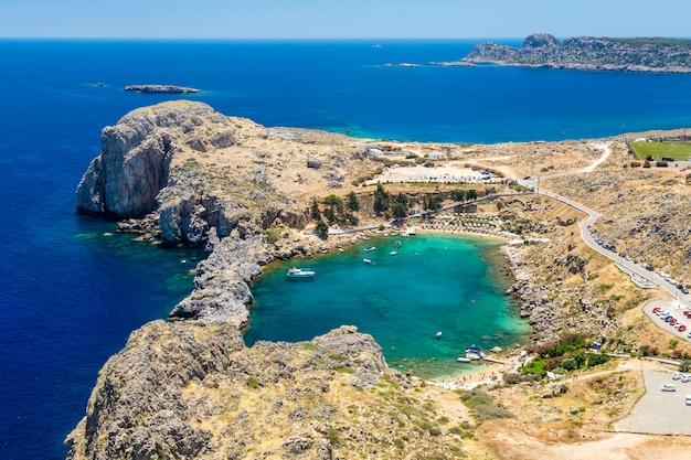 Baía de são paulo. vista da acrópole da cidade de lindos. rodes, grécia Foto Premium