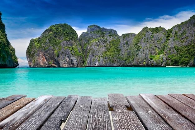 Baía do maya na ilha de phiphi leh na paisagem do mar de andaman. Foto Premium