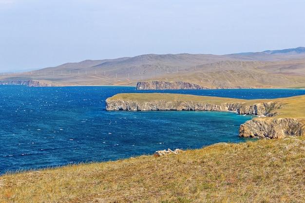 Baía e costa rochosa do lago baikal no verão, a ilha de olkhon. Foto Premium