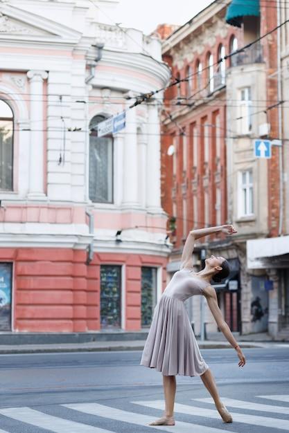 Bailarina dança ao som da música da cidade Foto Premium
