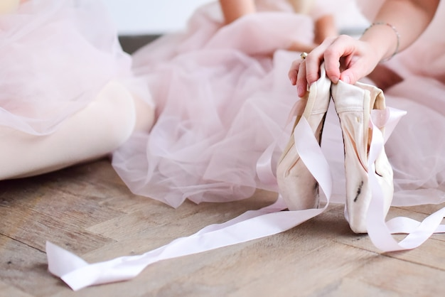 Bailarina detém sapatos de ponta Foto gratuita