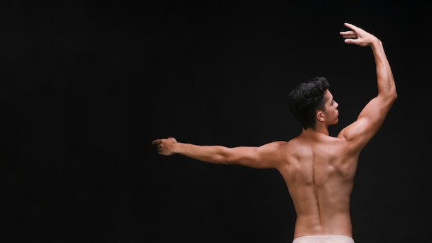 Bailarina graciosa com costas muscular Foto gratuita