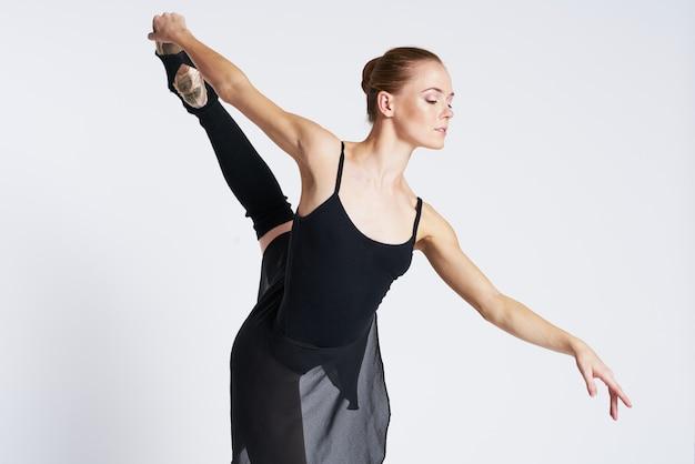 Bailarina mulher dançando em sapatos tutu e pointe Foto Premium