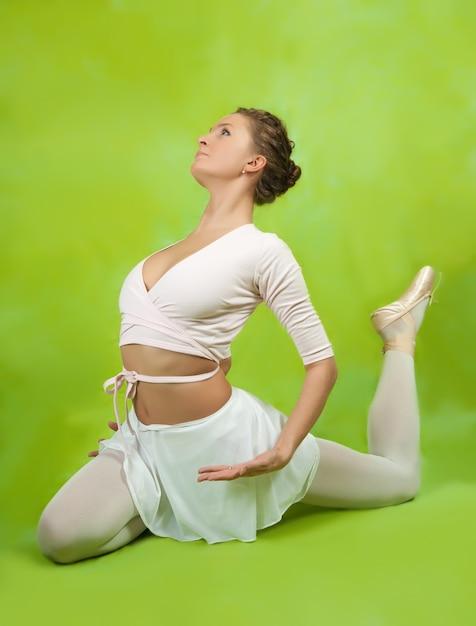 Bailarina que executa uma dança Foto gratuita