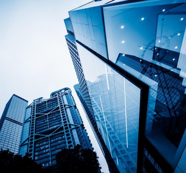 Baixo ângulo de arranha-céus Foto gratuita