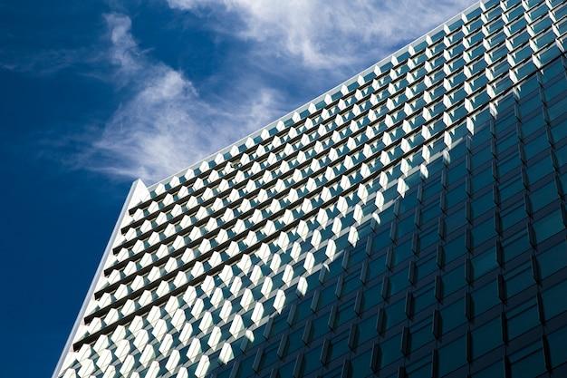 Baixo ângulo imponente edifício com sombra Foto gratuita