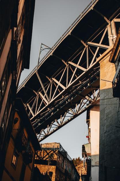 Baixo, ângulo, tiro, cinzento, concreto, ponte, portugal Foto gratuita