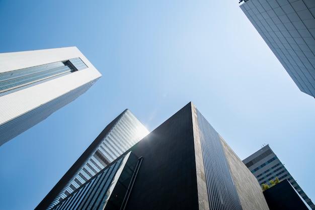Baixo, ângulo, vista, arranha-céus Foto Premium