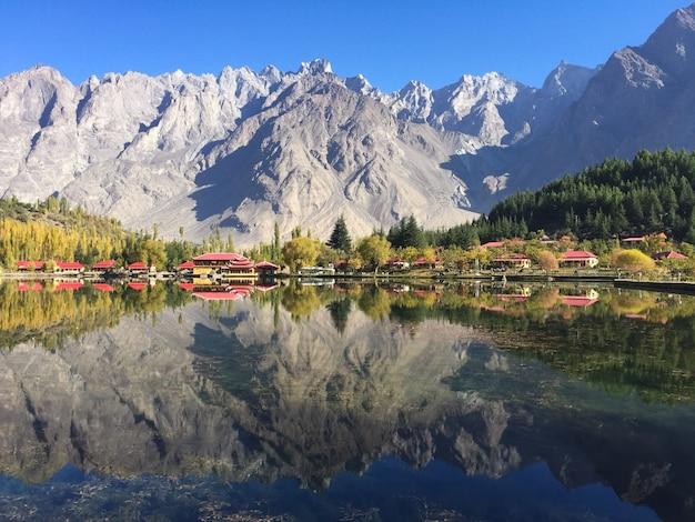 Baixo lago kachula no outono, skardu, gilgit-baltistan, paquistão Foto Premium