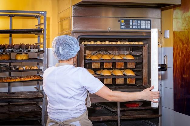 Baker assa pão Foto Premium