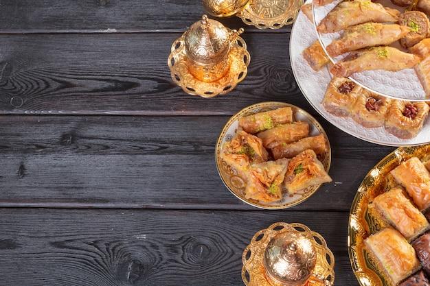 Baklava com pistache. prazer tradicional turca em uma madeira escura Foto Premium