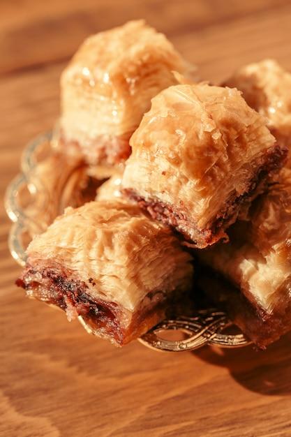 Baklava sobremesa turca na mesa de madeira Foto Premium