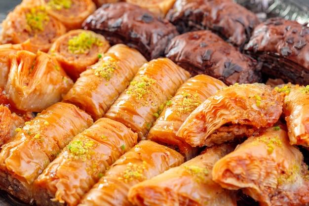 Baklava tradicional na mesa de madeira Foto Premium