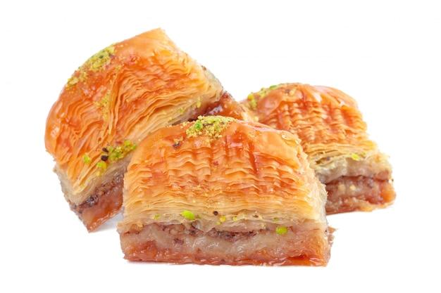 Baklava turco da sobremesa do ramadã isolado Foto Premium