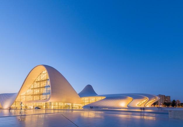 Baku- 20 de julho: heydar aliyev center em 20 de julho de 2015 em baku, az Foto Premium