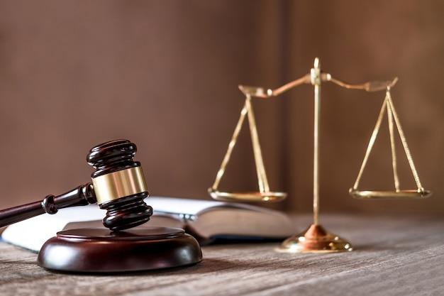 Balança da justiça e martelo na mesa de madeira e acordo na sala de audiências Foto Premium