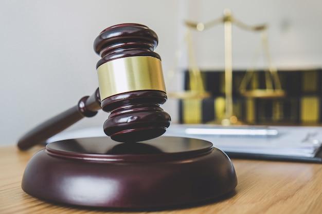 Balança da justiça e martelo no bloco de som, objeto e lei livro para trabalhar com juiz Foto Premium