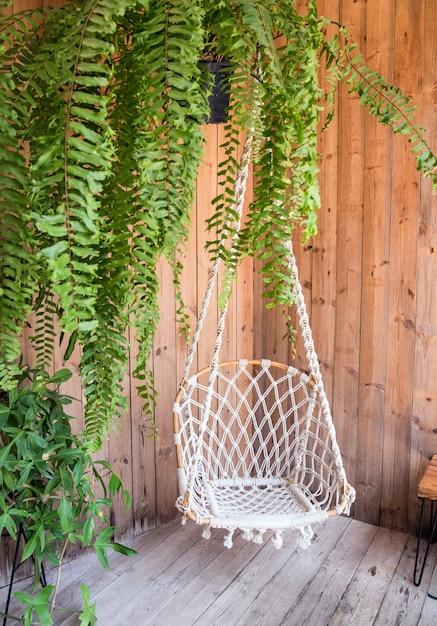 Balanço de canto e planta decoram o interior Foto Premium