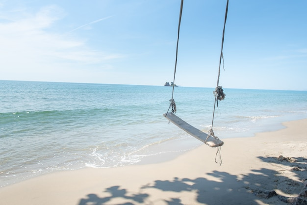 Balanços na praia tropical da palma, relaxando no paraíso. Foto Premium