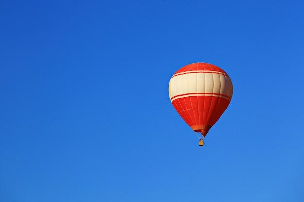 Balão colorido contra o céu azul Foto Premium