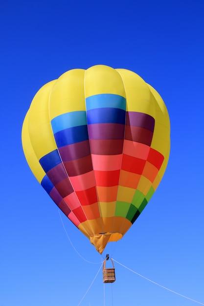 Balão colorido cores vivas no céu azul Foto Premium