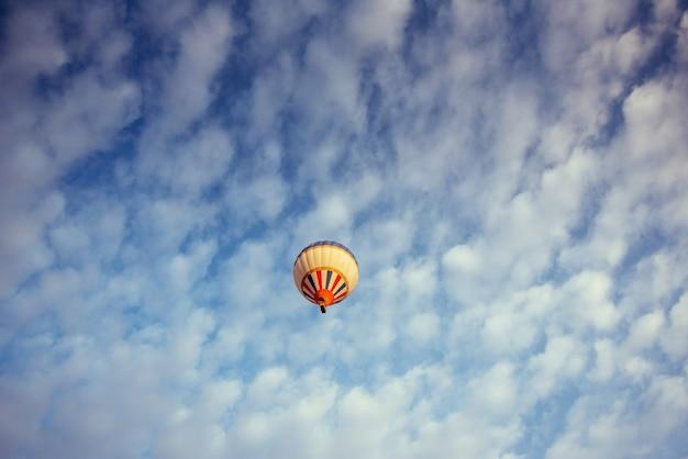 Balão colorido no céu azul. Foto Premium