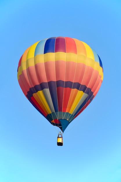 Balão colorido sobre o céu brilhante. Foto Premium