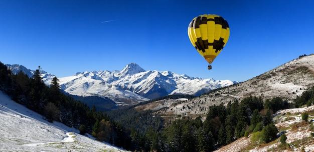 Balão de ar quente com o pic du midi de bigorre pirineus Foto Premium