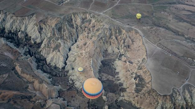 Balão de ar quente com paisagem da capadócia Foto Premium