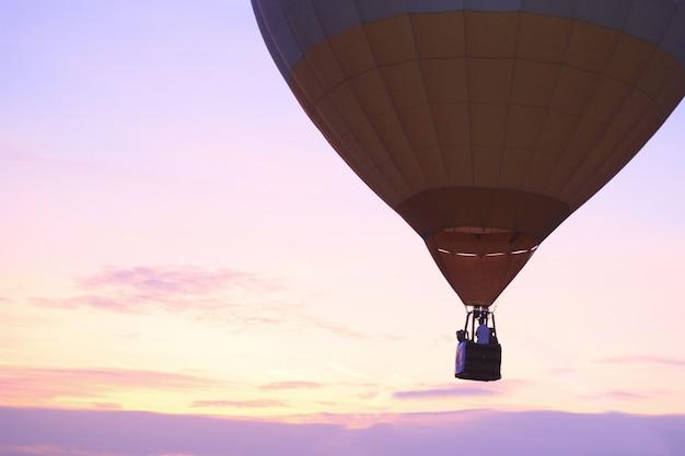 Balão de ar quente com pôr do sol Foto Premium