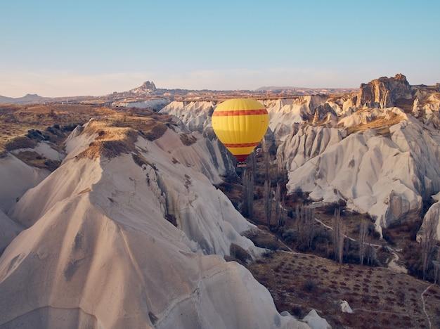 Balão de ar quente na capadócia, no nascer do sol. Foto Premium