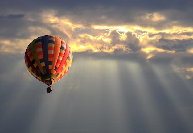 Balão de ar quente no céu do sol Foto Premium