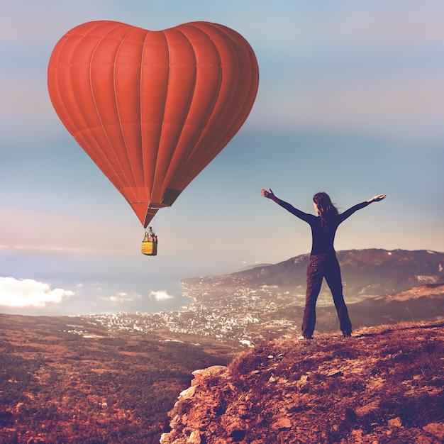 Balão de ar sigle no céu azul Foto Premium